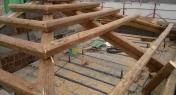 struttura  in ferro e  rivestita con legno