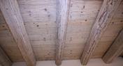 solaio in legno di abete decappato bianco